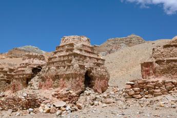 обоя тибет,  старые чортены в долине гаруды кьюнг лунг, разное, религия, ламаизм, буддизм, ступы, долина