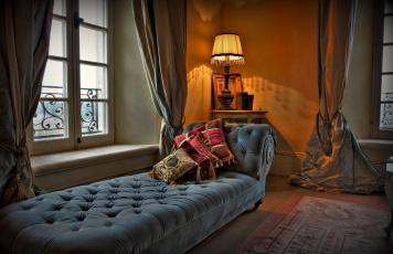 Картинка интерьер спальня окно шторы оттоманка подушки