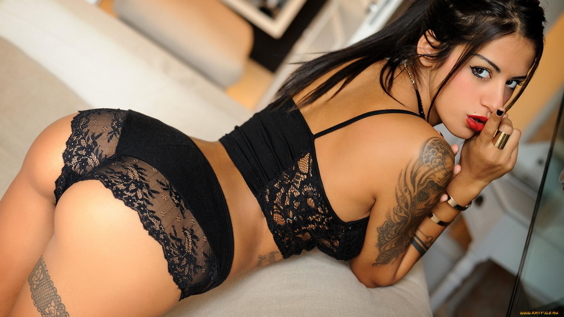 Татуированная телка снимает кружевное бельё в спальне  477031