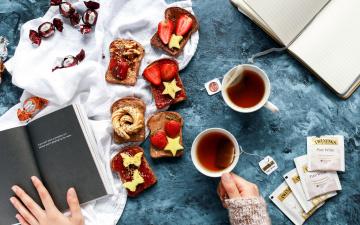 Картинка еда разное завтрак клубника бутерброды конфеты чай