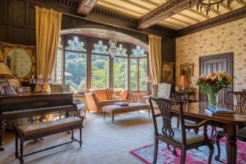 Картинка интерьер гостиная классика дерево стол диван букет стулья фортепиано окна дизайн мебель