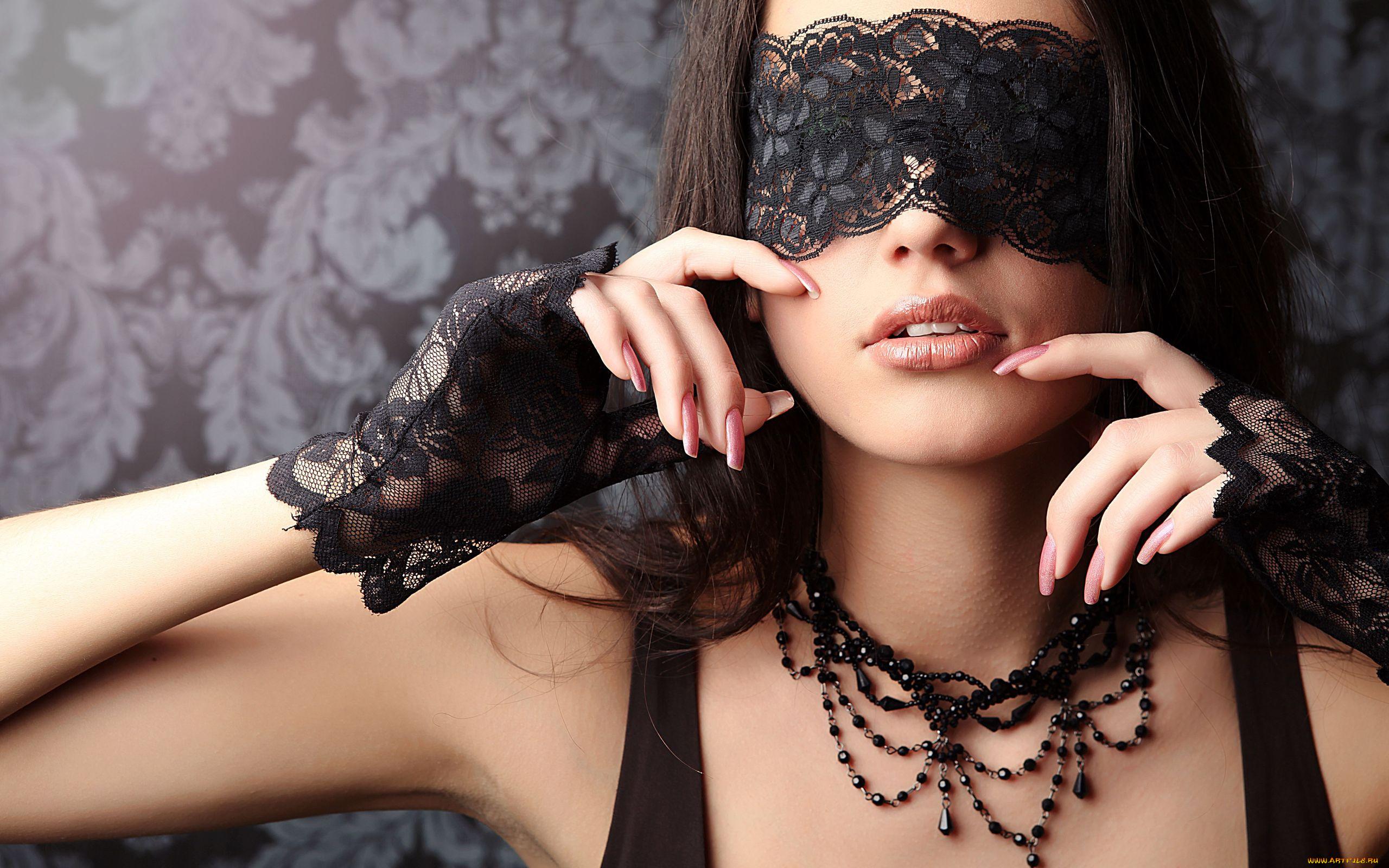 Фото девушки брюнетки в маске — 11