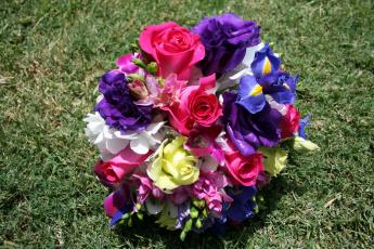 Картинка цветы букеты композиции ирисы розы трава анемоны букет