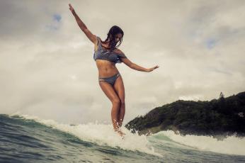 обоя спорт, серфинг, доска, волна, девушка, взгляд, фон