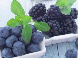 обоя еда, фрукты,  ягоды, ягоды, черника, ежевика, листья, мяты, малина