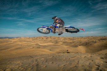 Картинка спорт мотокросс гонщик байк песок дюны пуустыня прыжок экипировка