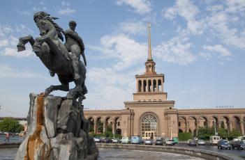 обоя города, - памятники,  скульптуры,  арт-объекты, памятник, давиду, у, железнодорожного, вокзала, город, ереван
