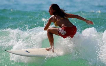 обоя спорт, серфинг, девушка, взгляд, фон, доска, волны, брызги
