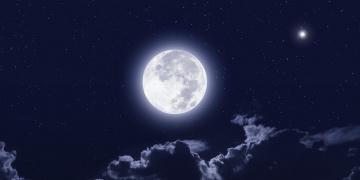 обоя космос, луна, облака, свет, ночь, тучи, полнолуние, пейзаж, звёзды
