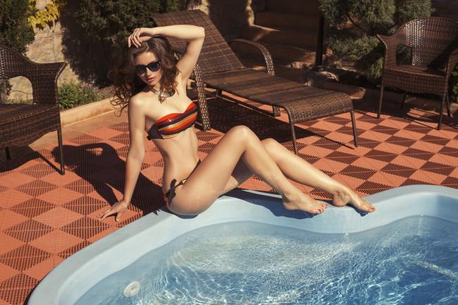 devushki-v-ochkah-i-bikini