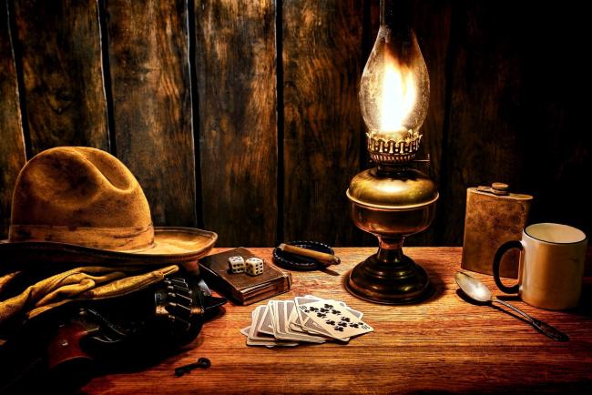 Обои картинки фото разное, настольные игры,  азартные игры, шляпа, патронташ, фляжка, кости, карты, лампа