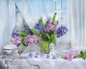 обоя цветы, гиацинты, ангел, окно, бусы, ваза, натюрморт, штора
