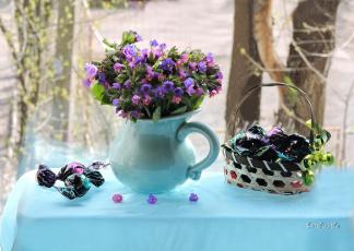 обоя еда, конфеты,  шоколад,  сладости, композиция, весна, букетик, smithiantha, цветы, фото, натюрморт, медуница