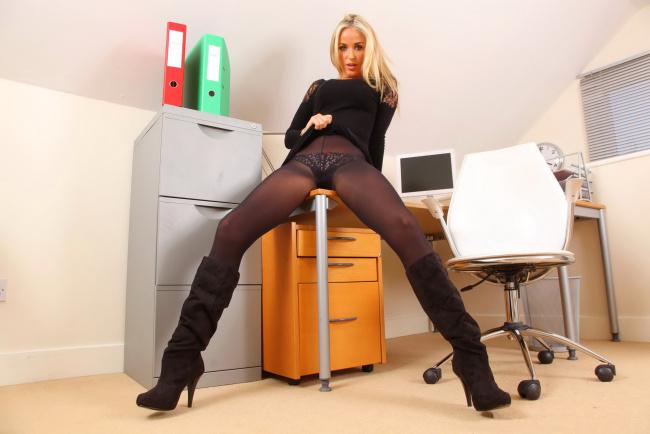 секретарши в сапогах masturbiruet фото