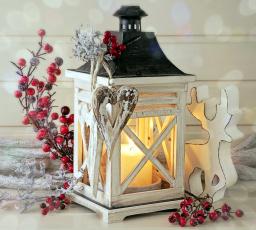 Картинка праздничные новогодние свечи сердечко свеча фонарь ягоды фигурка