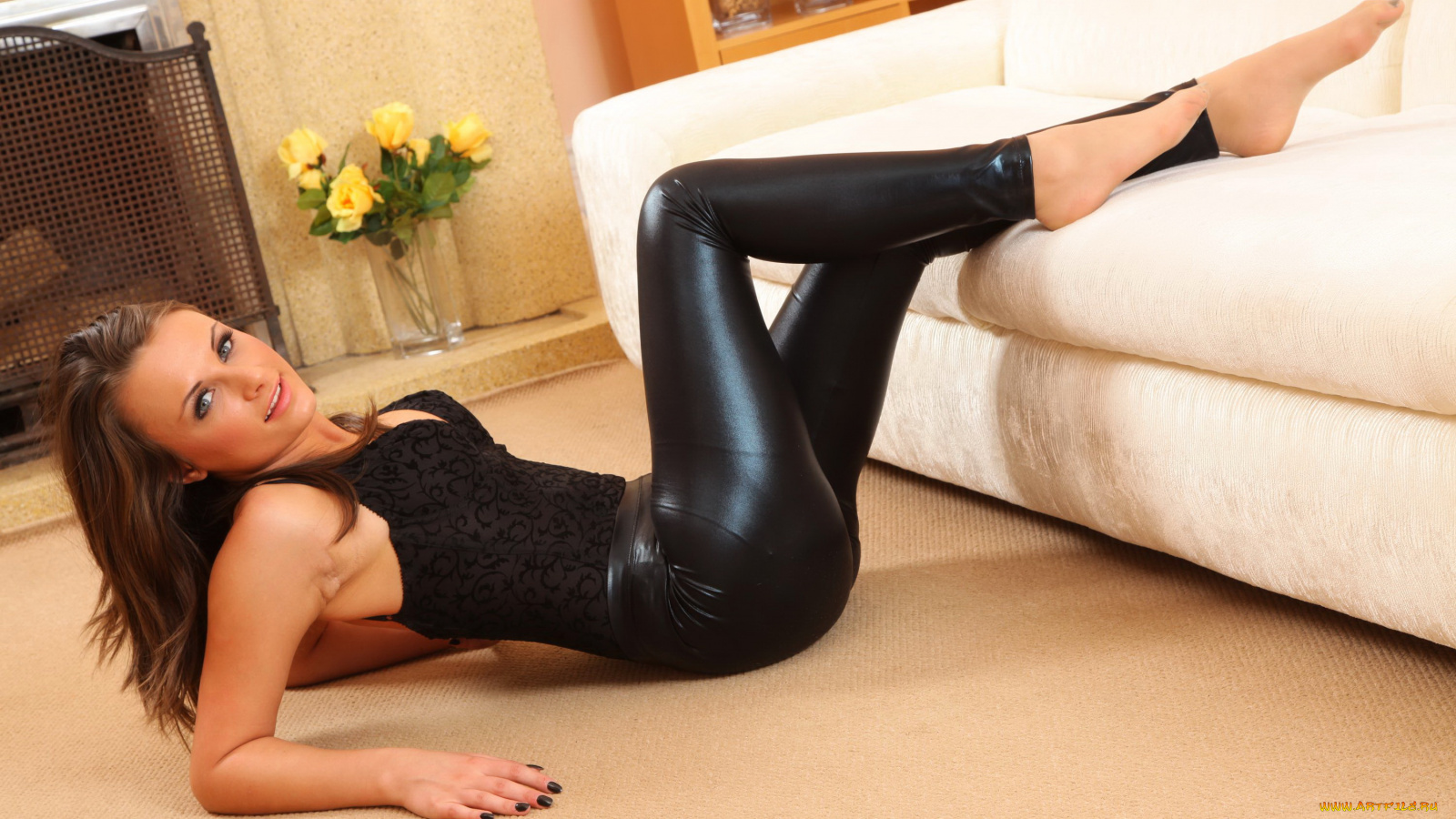 Показывает фото стройная попа в черных колготках позирует в зале видео ролик онлайн девушек трахают