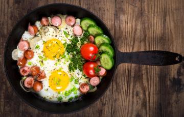 обоя еда, Яичные блюда, глазунья, сковорода, огурцы, помидоры, сосиски