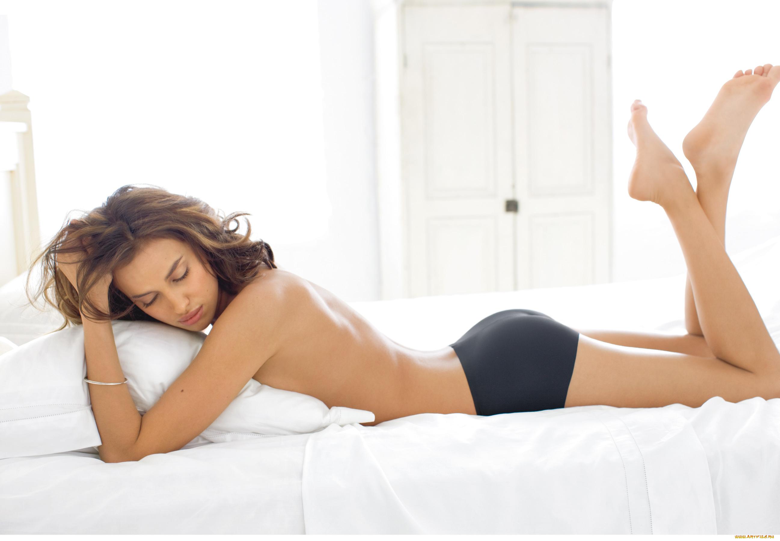 фото в постели девушек зовут