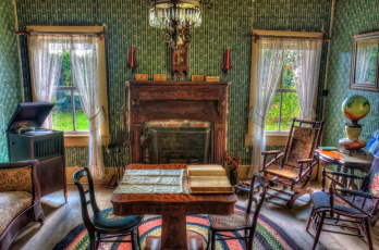 Картинка интерьер гостиная окна камин стулья патефон стол