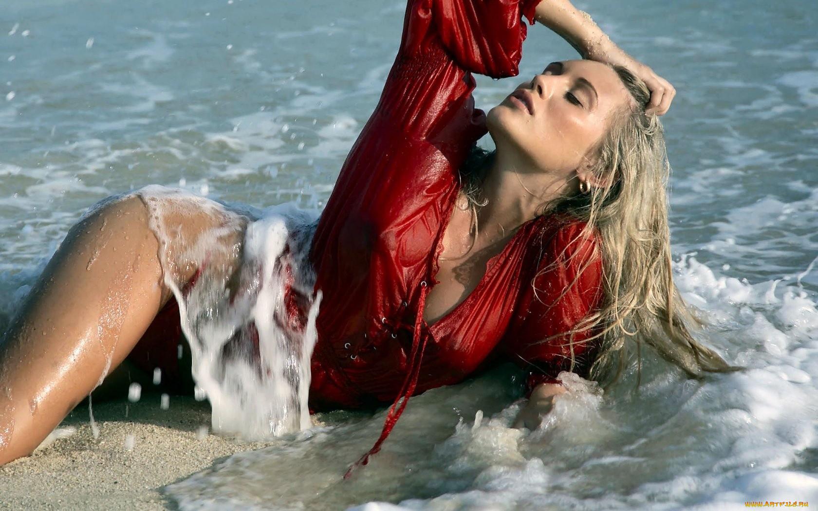 Смотреть фильм влажные блондинки, секс видео молодой парень с заросшим лобком дрочит в душе