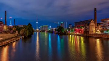 обоя берлин, города, берлин , германия, трубы, деревья, фонари, ночь, здания, водоем, набережная