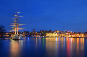 обоя корабли, парусники, ночь, skeppsholmen, небо, огни, море, дома, отражение, корабль, стокгольм, порт, швеция