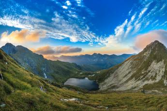 Картинка природа горы облака озеро склон трава пейзаж