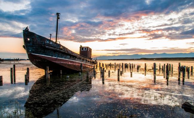 Обои картинки фото корабли, баркасы ,  буксиры, корабль, баркас, облака, берег, озеро, небо