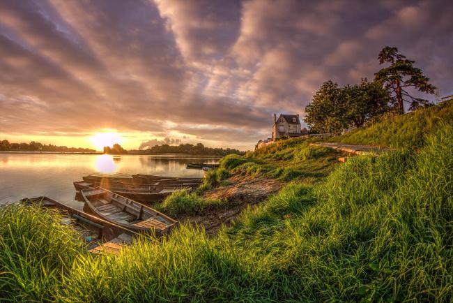 Обои картинки фото корабли, лодки,  шлюпки, река, трава, небо, солнце, лето