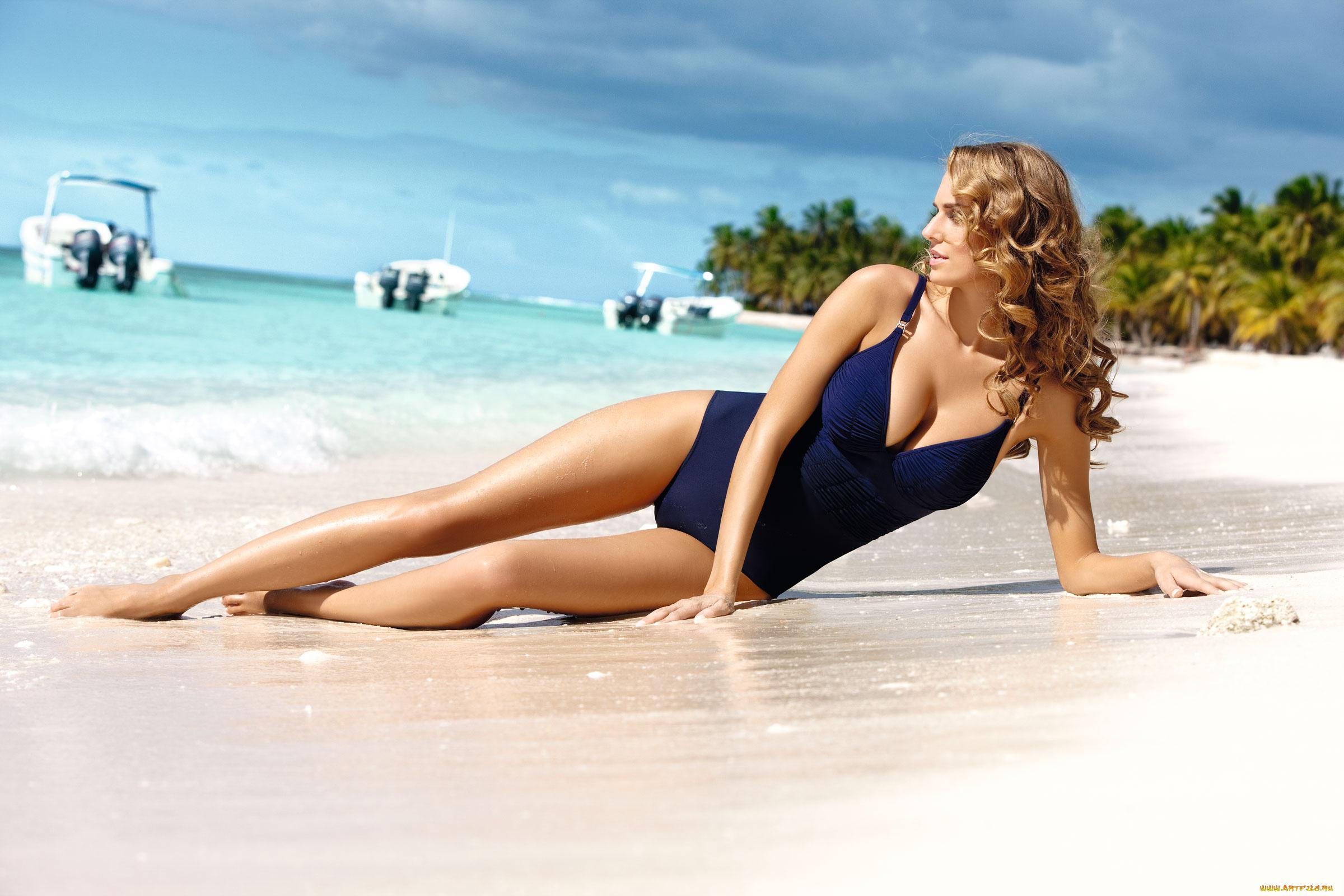 Смотреть фото женщины в купальниках на море, Девушки в прозрачных купальниках на пляже 20 фотография