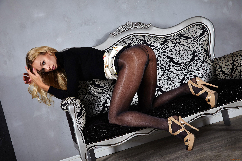 Фото блондинки в черных колготках — 1