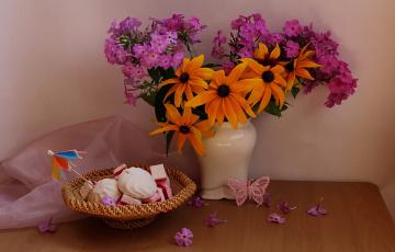 обоя еда, конфеты,  шоколад,  сладости, цветы, флоксы, натюрморт, букет, август, сладости, рудбекия