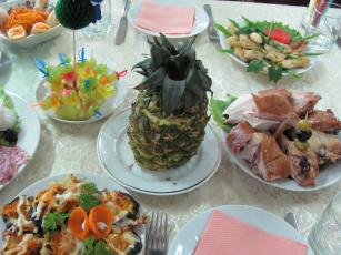 Картинка еда сервировка стаканы ананас приборы закуски