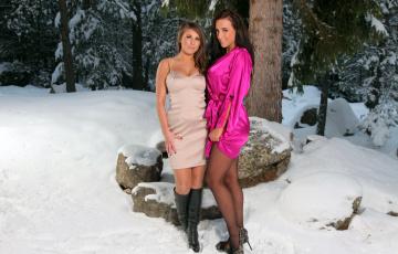 обоя девушки, sarah macdonald , sarah james, сара, макдональд, снег, лес, подруга, сапоги, зима, платье, колготки, туфли, халат, камни