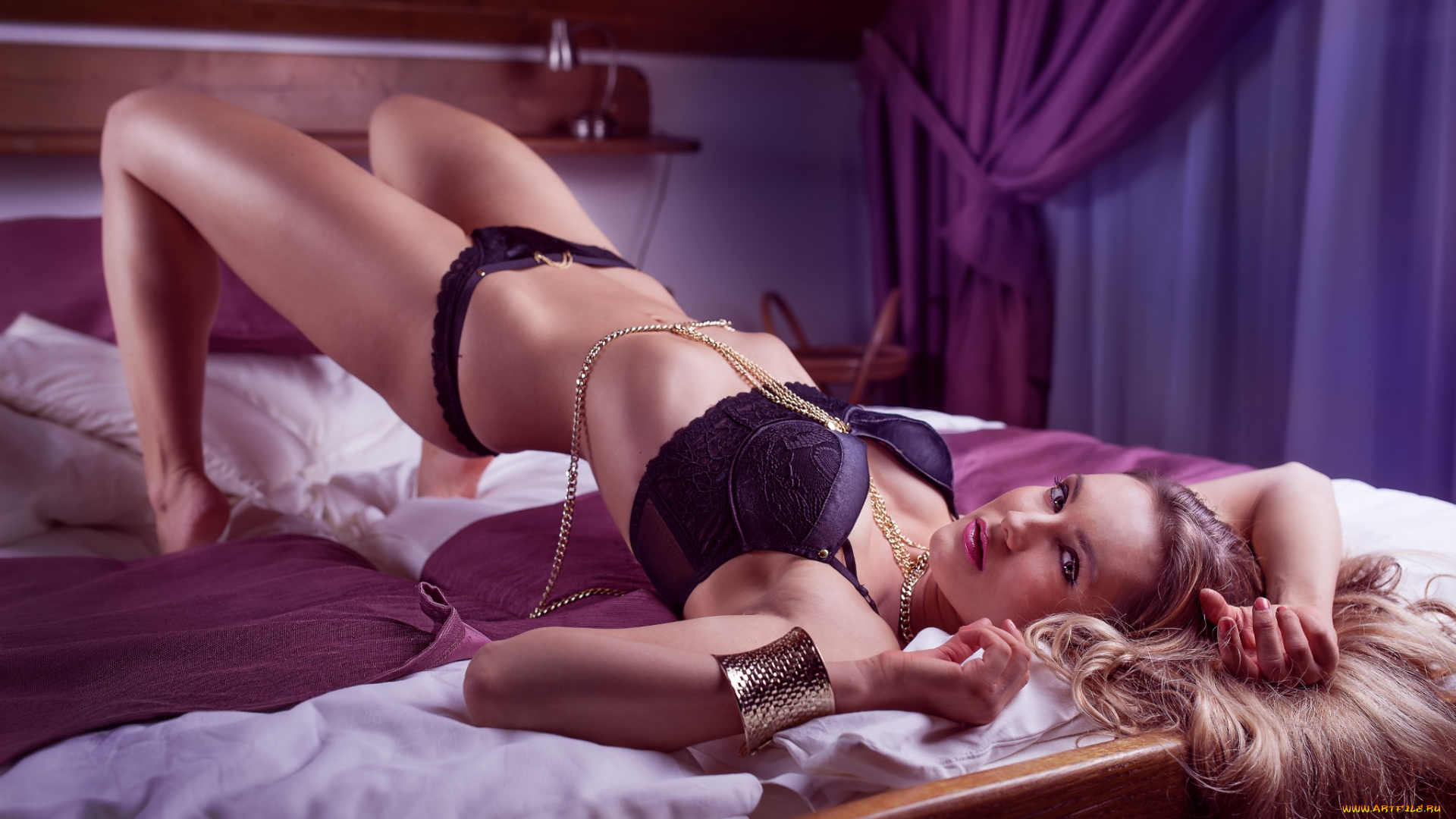 Девушки привязаны к кровати юбки