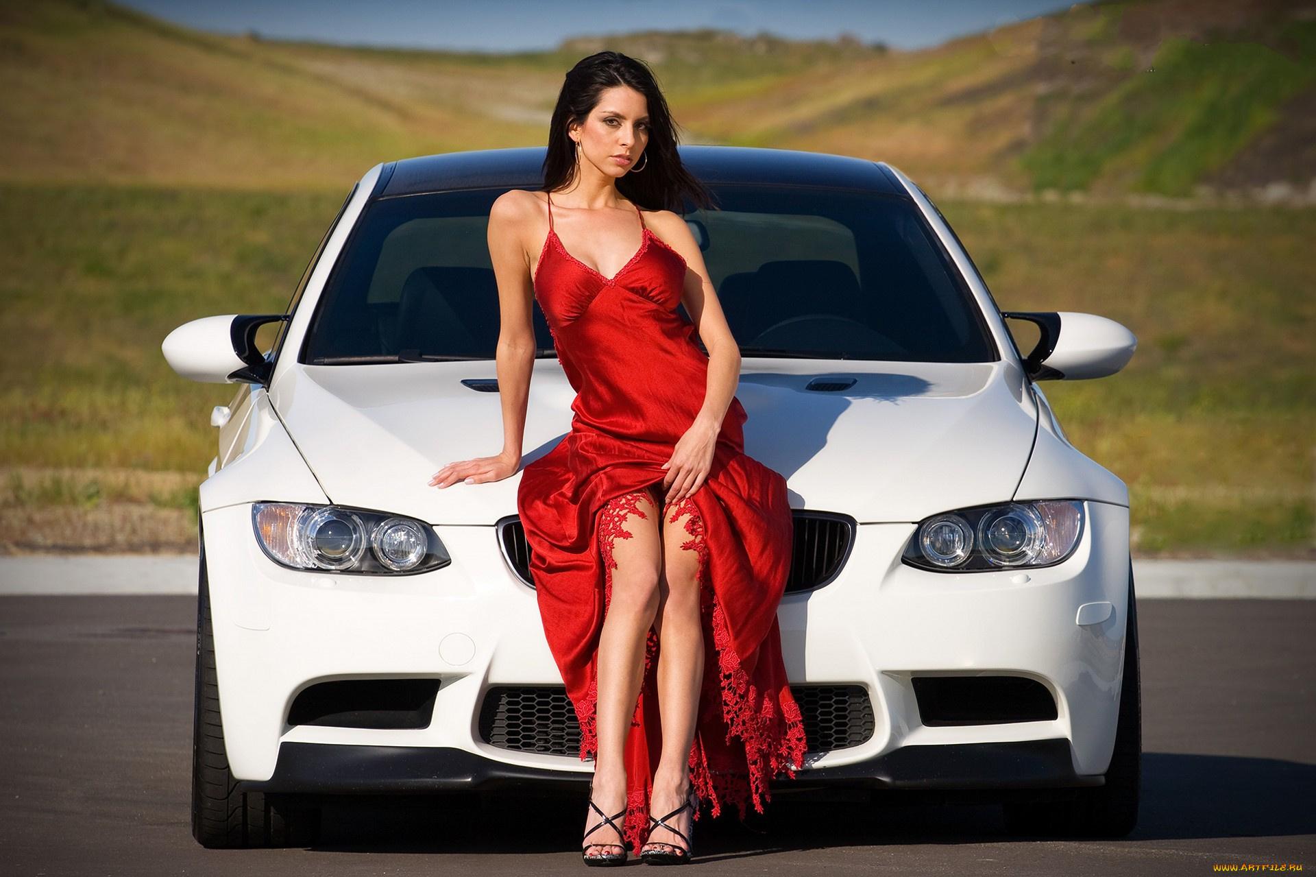 девушек возле машины без одежды валите