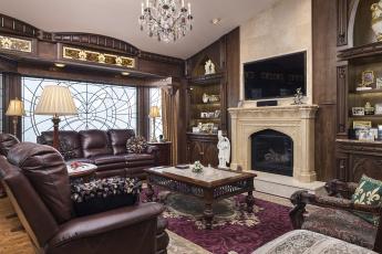 Картинка интерьер гостиная ковер дерево столик кресло диван лампа камин декор стиль дизайн
