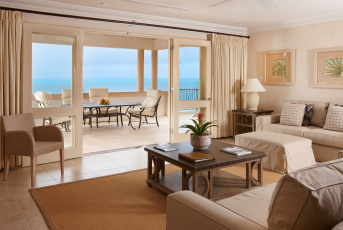 Картинка интерьер гостиная папки цветок картины кресла диван стулья стол колонны море балкон терраса