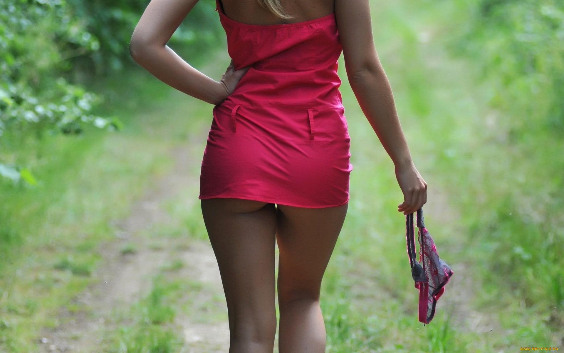 девушка в мини юбке вид сзади сомкнулись она