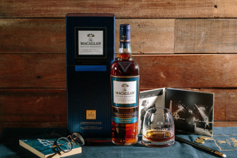 обоя бренды, бренды напитков , разное, фото, очки, шотландский, виски, алкоголь, бокал, бутылка