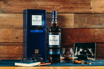 обоя бренды, бренды напитков , разное, виски, бокал, очки, книга, доски, фото, шотландский, алкоголь
