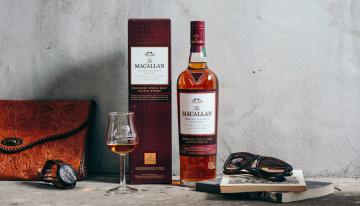 обоя бренды, бренды напитков , разное, бокал, алкоголь, шотландский, виски, сумочка, очки