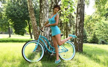 обоя девушки, -unsort , брюнетки, темноволосые, бирюза, фотомодель, поза, платье, лето, зелень, травка, модель, дерево, берёза, брюнетка, велосипед, девушка, susi r, suzanne a