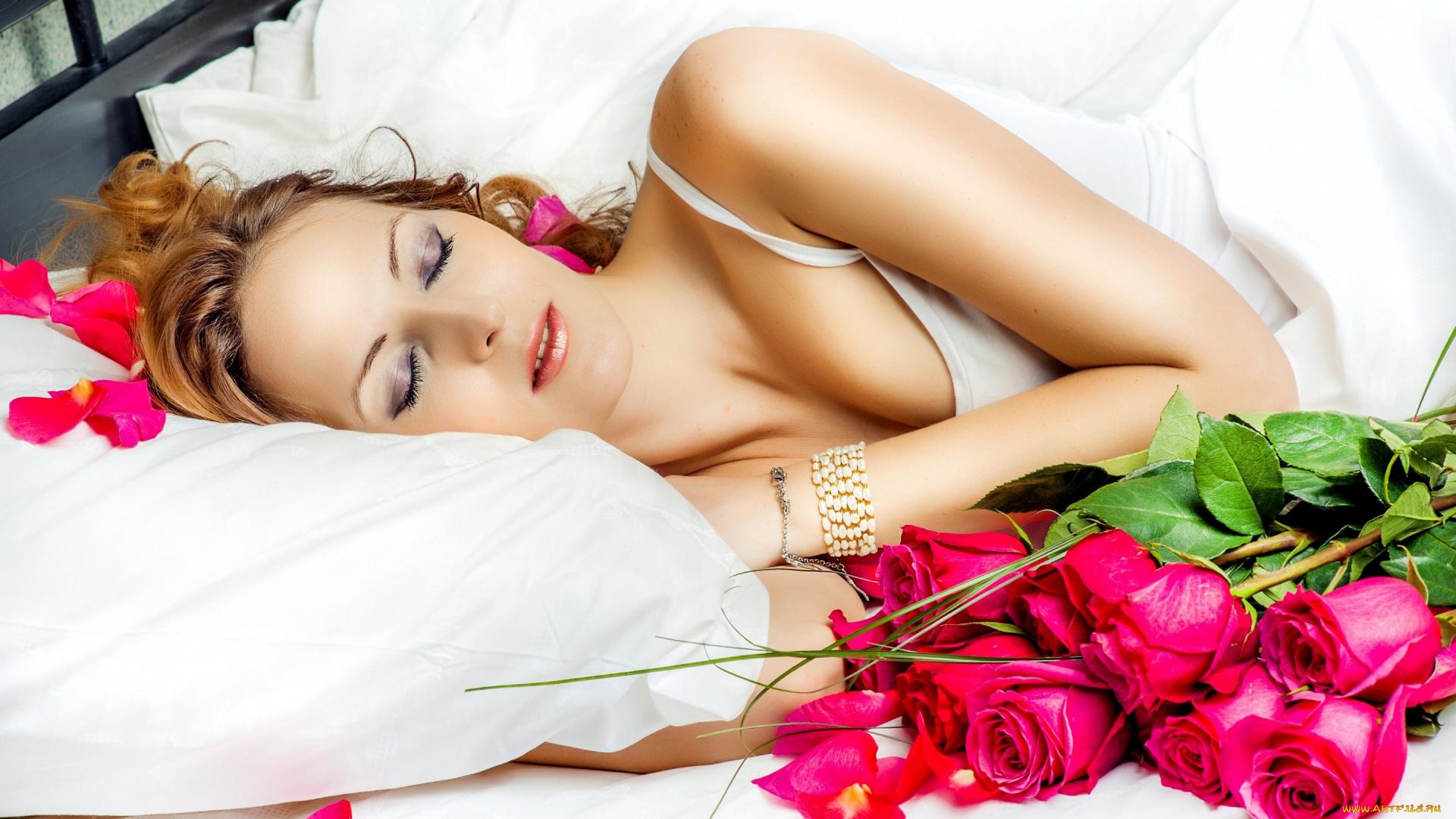 Фото девушек с розами на кроватей