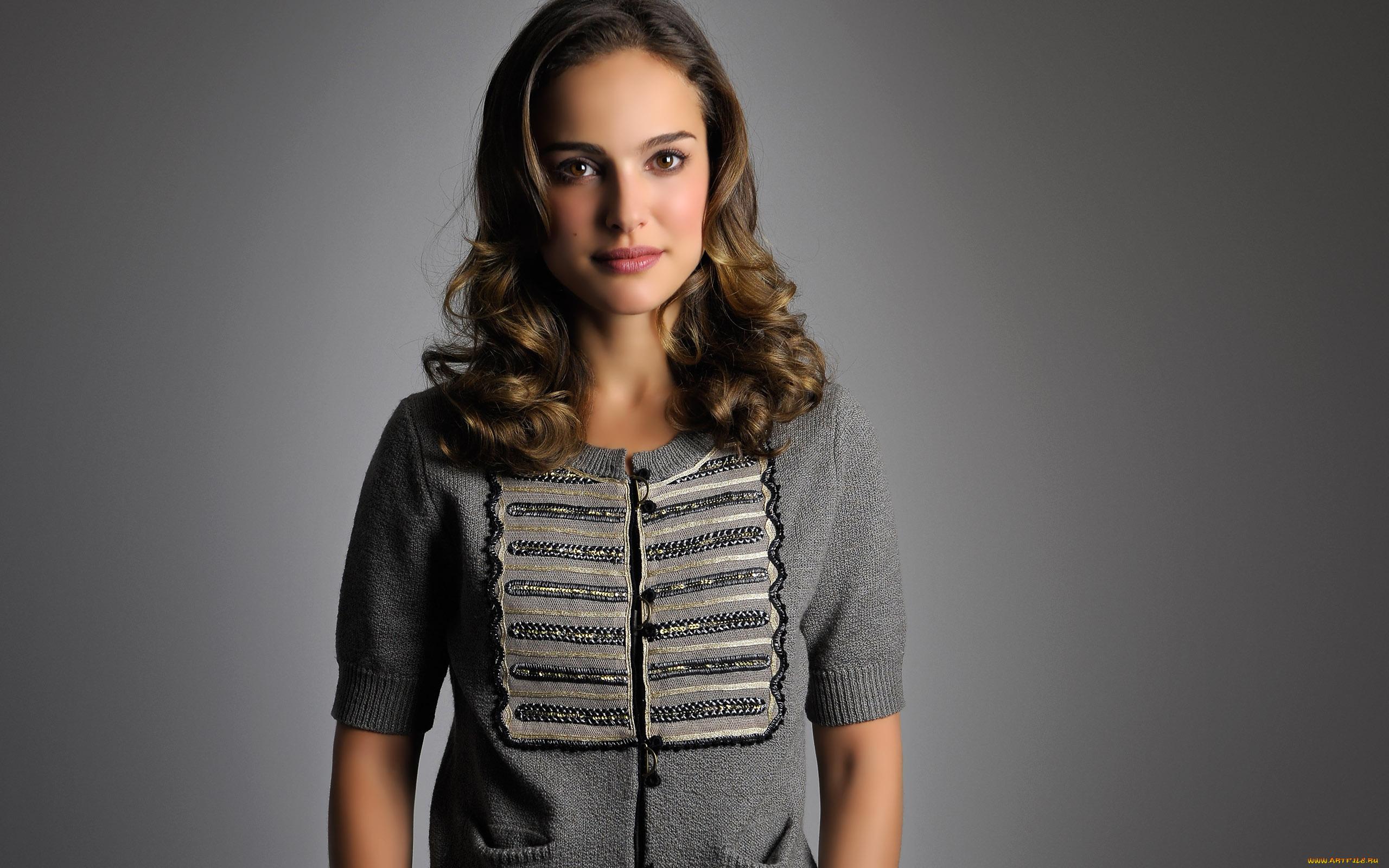 Natalie Portman Córka lekarza i artystki Natalie Portman przychodzi na świat w Jerozolimie którą w wieku 3 lat opuszcza aby osiąść w Nowym Jorku
