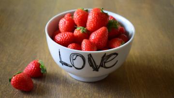 обоя еда, клубника,  земляника, миска, ягоды, надпись