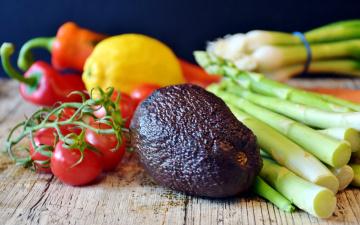 обоя еда, фрукты и овощи вместе, авокадо, лук, спаржа, лимон, перец, помидоры