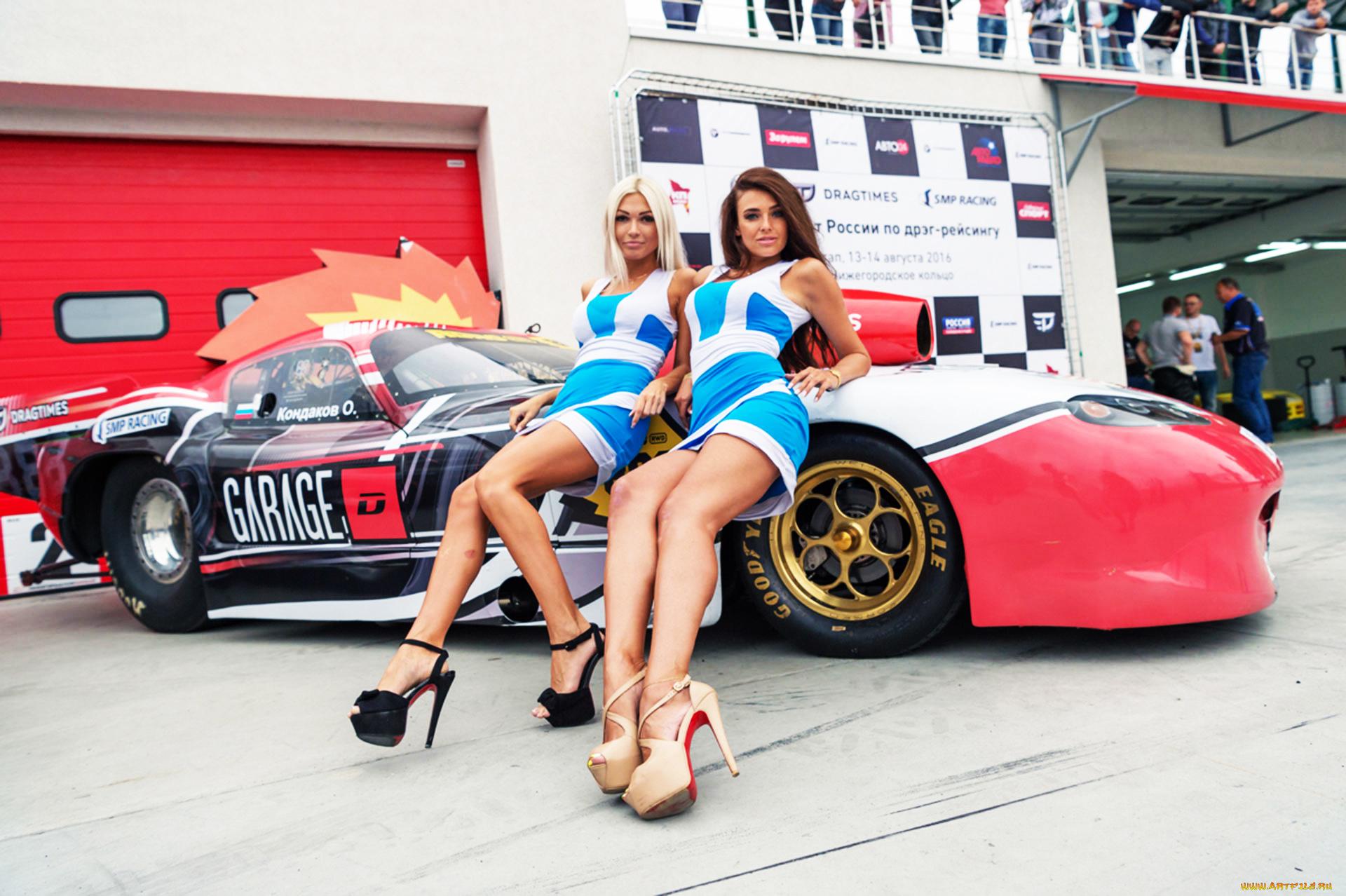 Девушки в гоночной машине