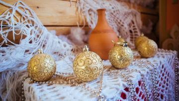 обоя праздничные, шары, елочные, игрушки, бусы, кувшин, скатерть