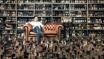 обоя юмор и приколы, диван, мужчина, бутылки, алкоголь, много